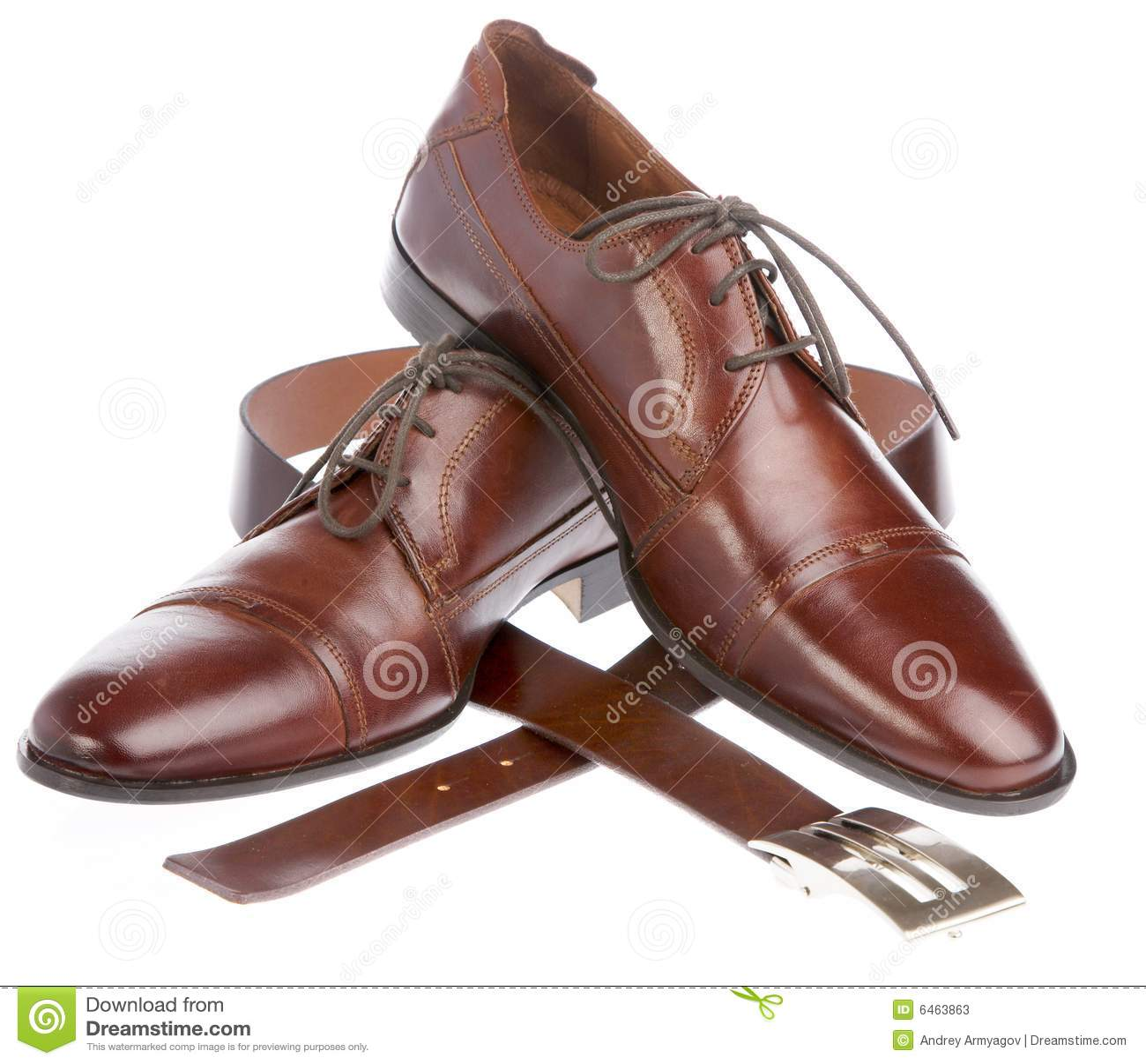 Człowiek jest tło białe buty