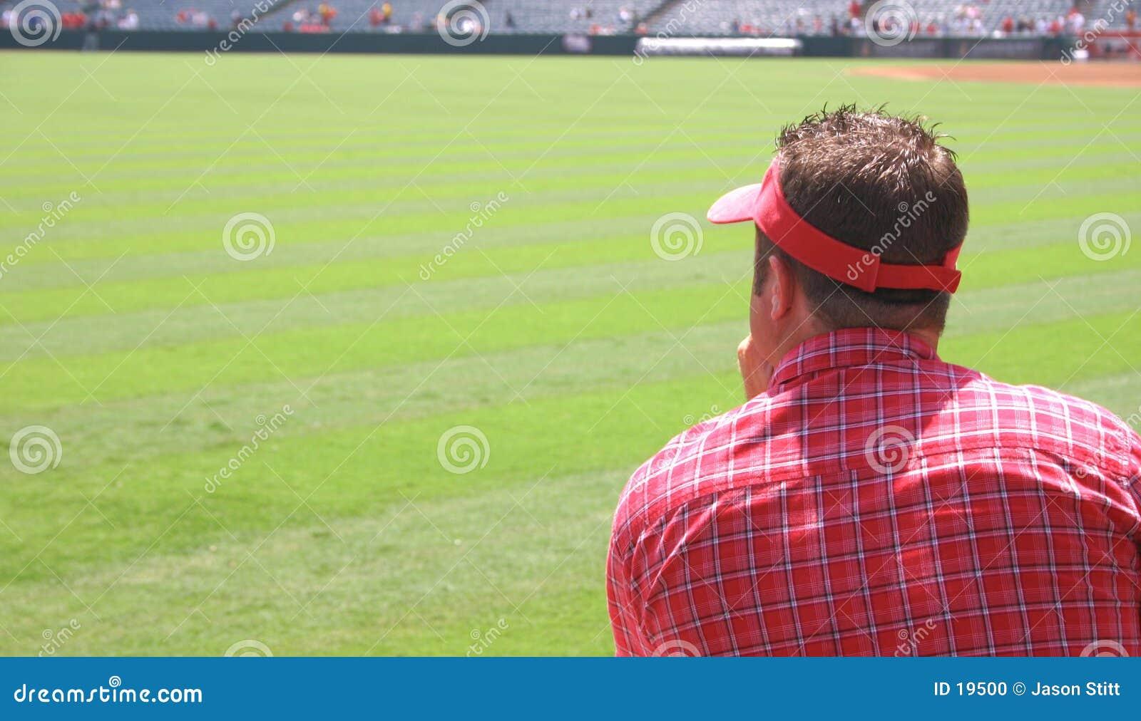 Człowiek ogląda mecz
