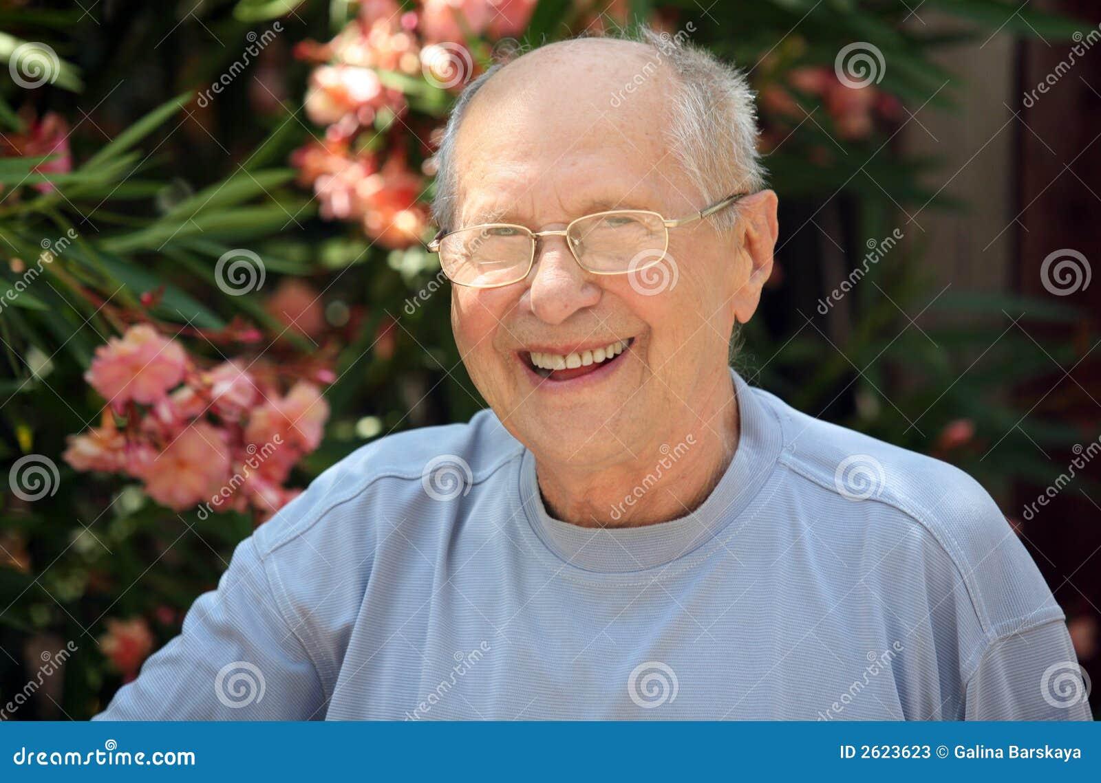 Człowiek stara się śmieje
