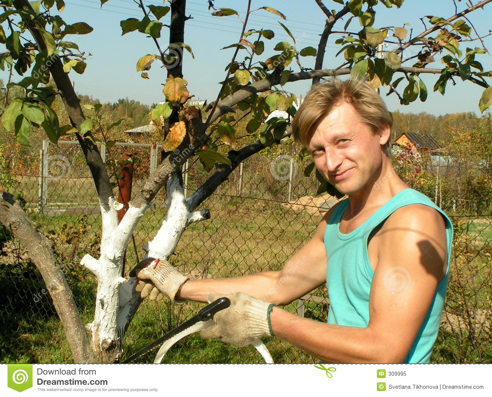 Człowiek w ogrodzie young pracy