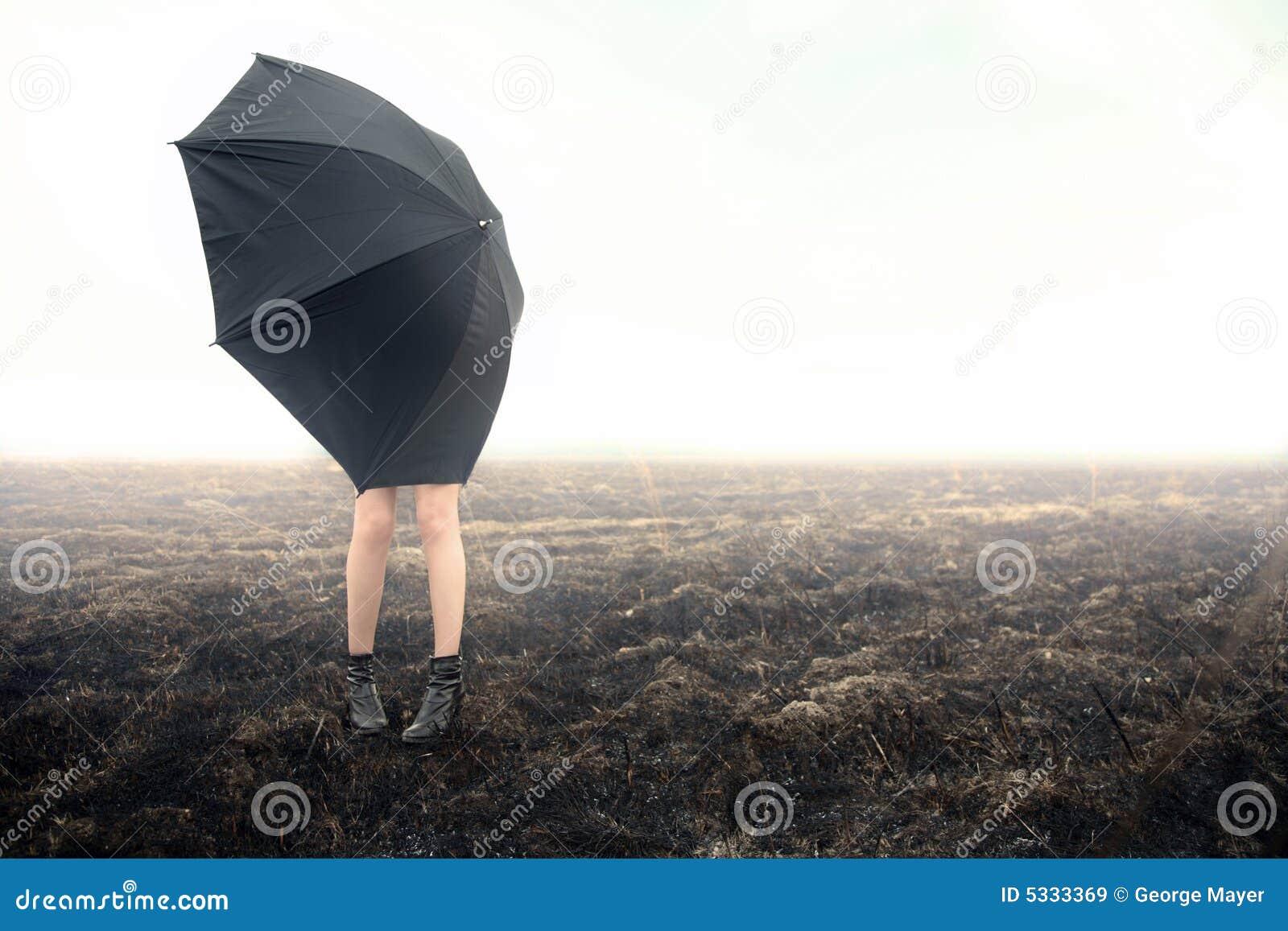 Czarna dziewczyna w terenie parasolkę