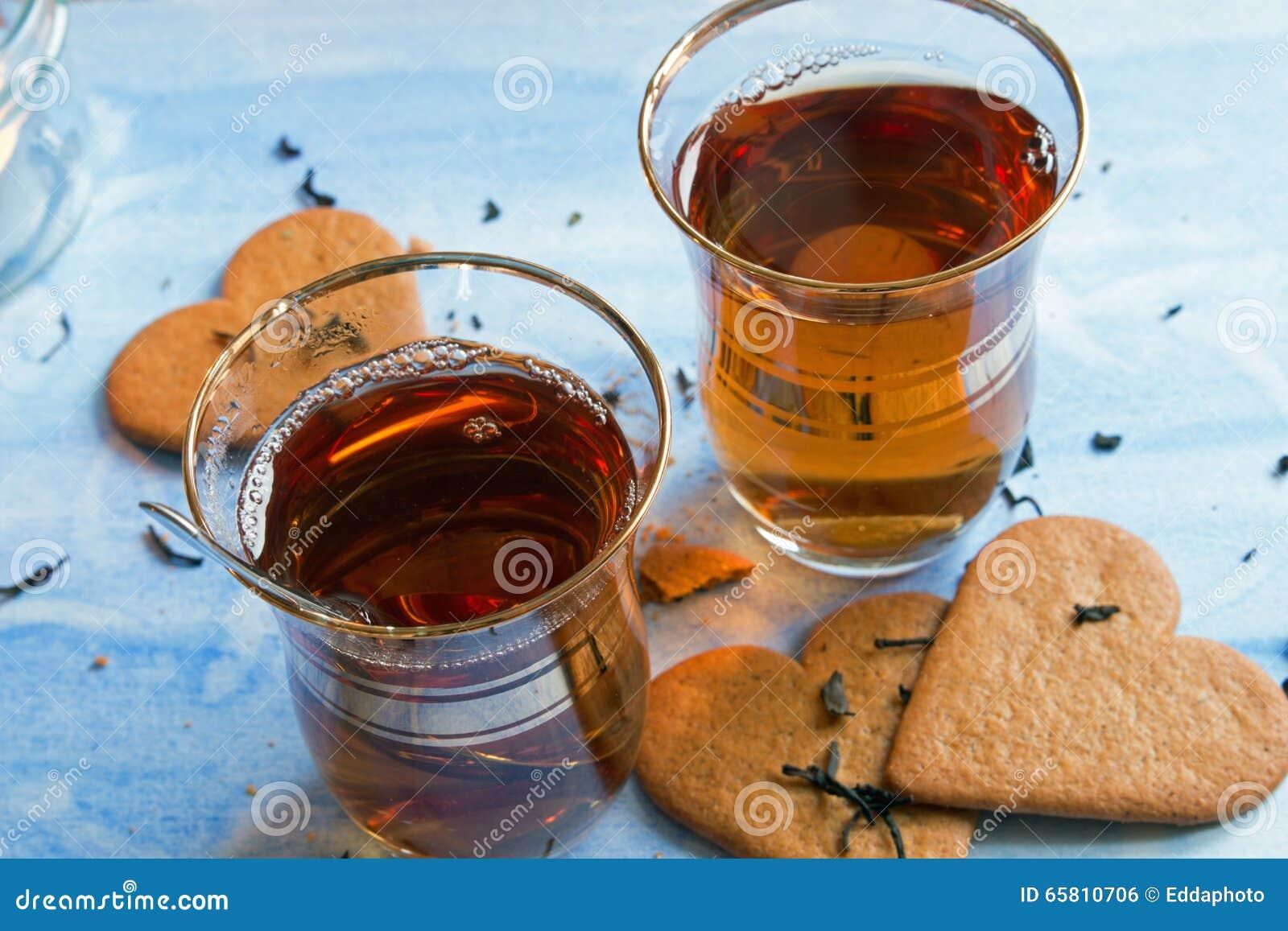 Czarna herbata słuzyć w dwa Tureckich filiżankach