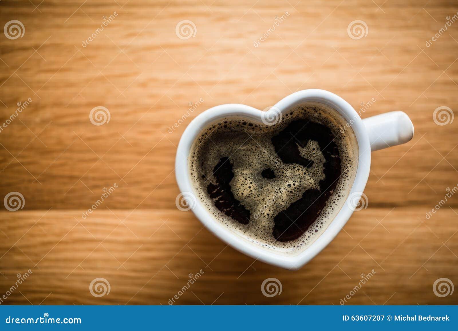 Czarna kawa, kawa espresso w sercu kształtował filiżankę Miłość, walentynka dzień, rocznik