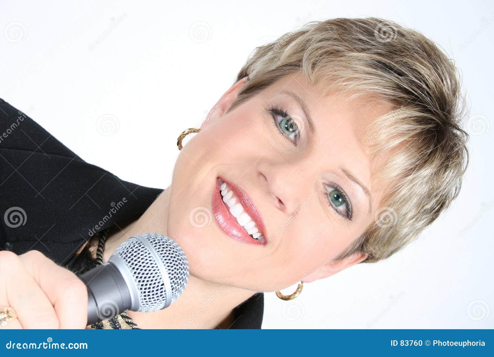Czarna kobieta mikrofonu jednostek gospodarczych