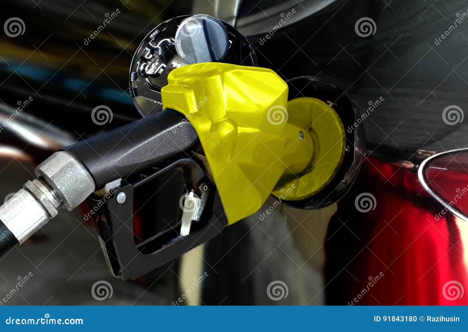 Czarna samochodowa tankuje benzyna przy stacją