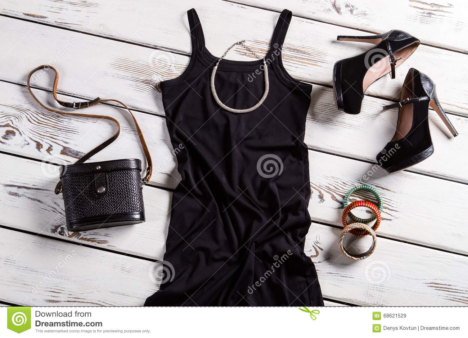 Czarna suknia i mała kolia