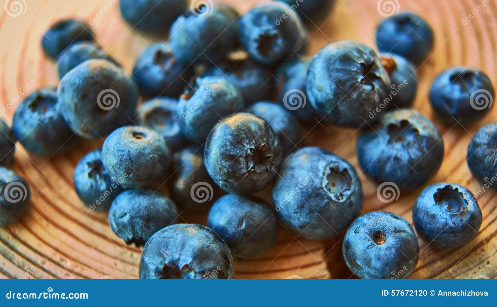 Czarne jagody świeżo podnosić