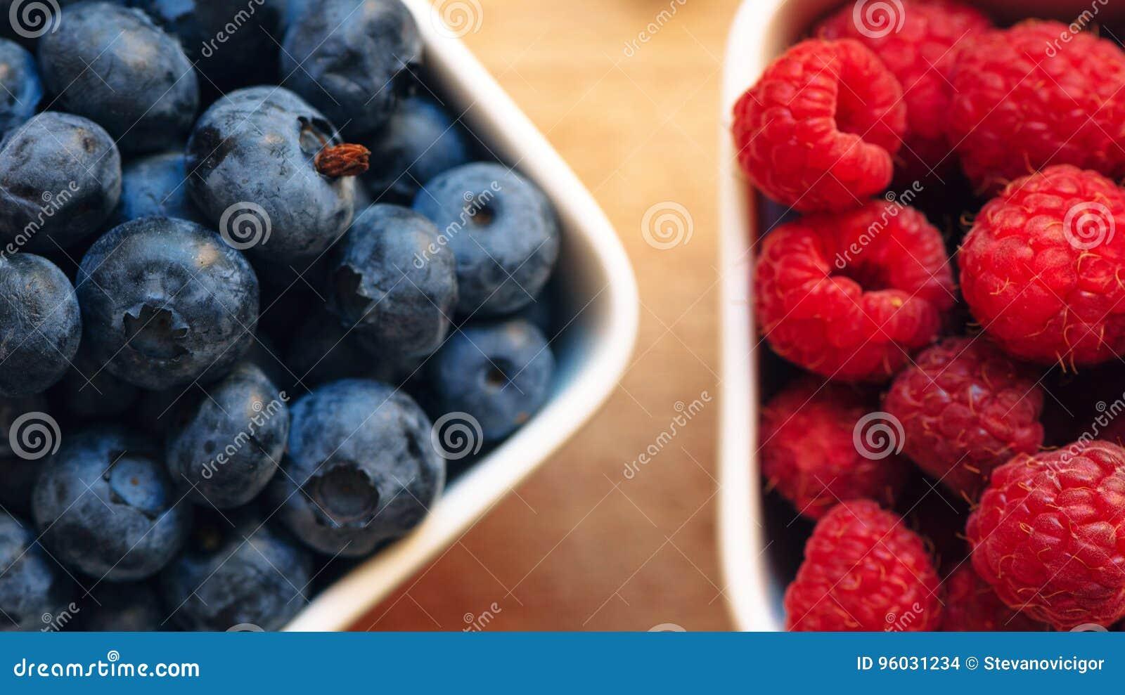 Czarne jagody i malinki