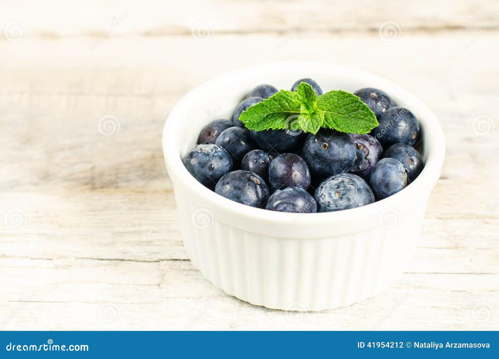 Czarne jagody w białym pucharze
