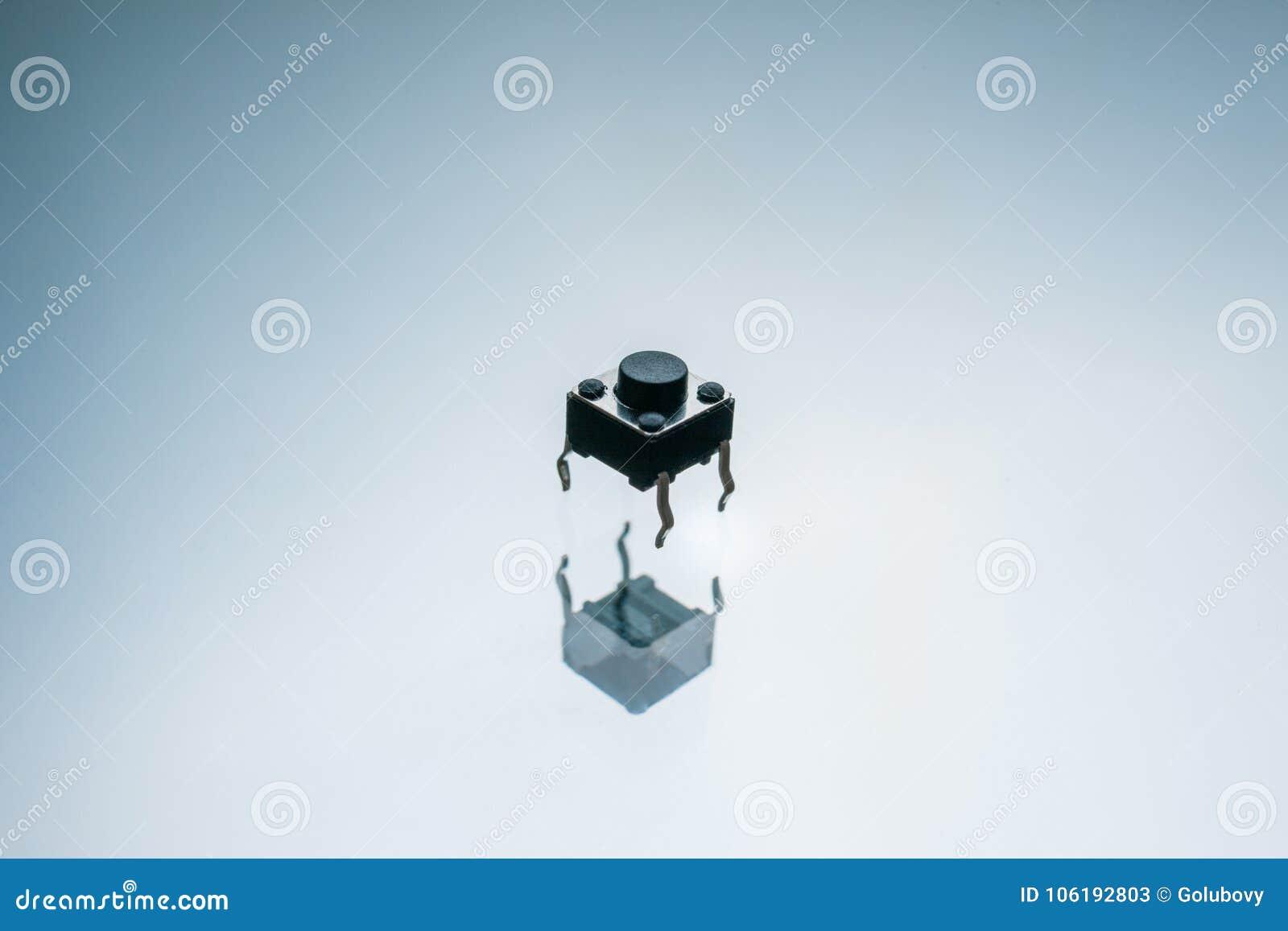 Czarnego elektronicznego guzika prowadnikowy element