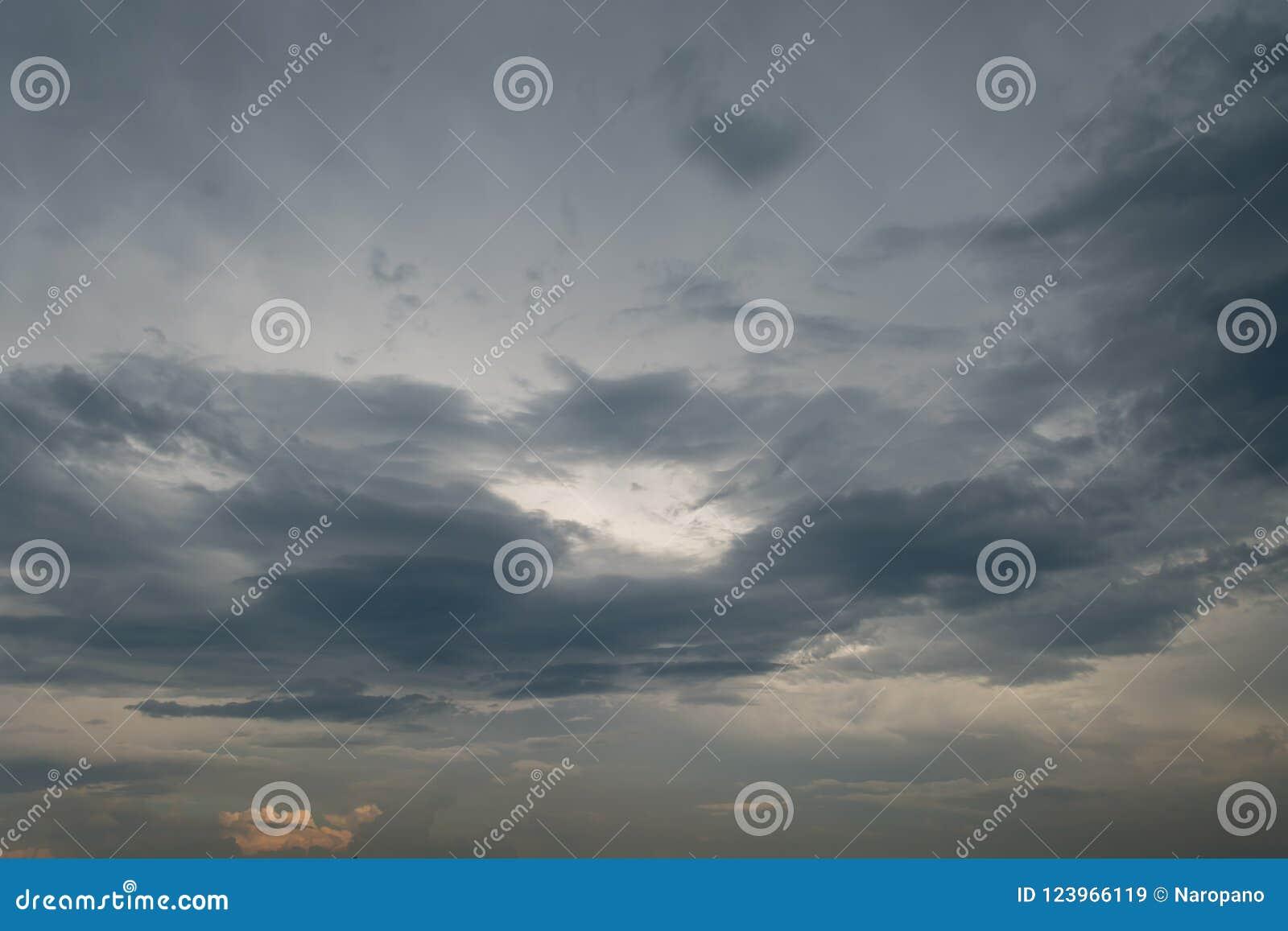 Czarnej chmury ulewa w szerokim niebie