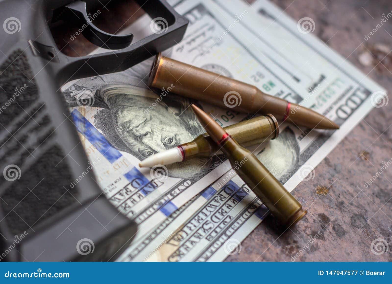 Czarni pociski na Ameryka?skim dolara tle i pistolet Militarny przemys?, wojna, globalny handel broni?, broni sprzeda?, kontrakta