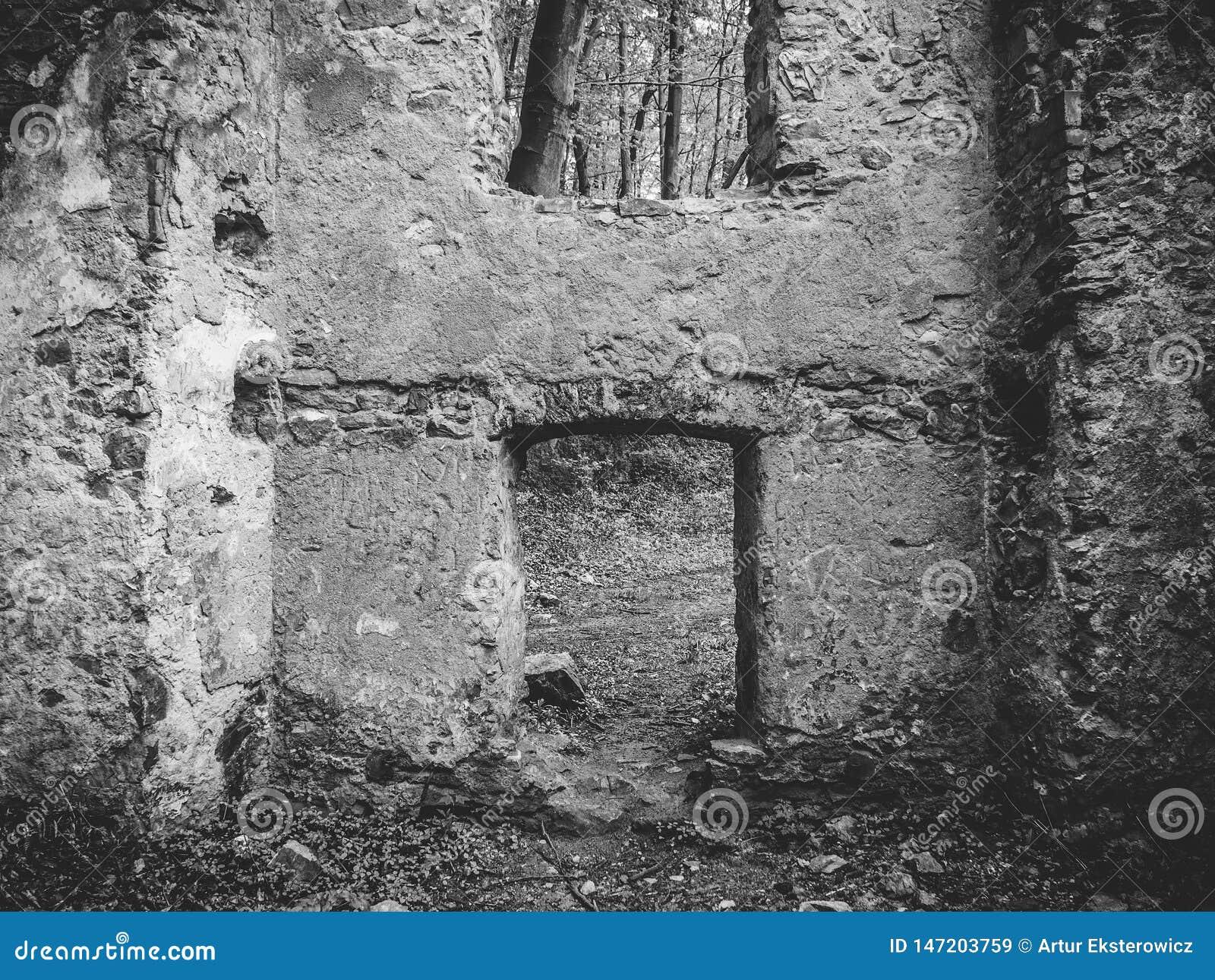 Czarno biały ściana z okno, ruiny stary dom