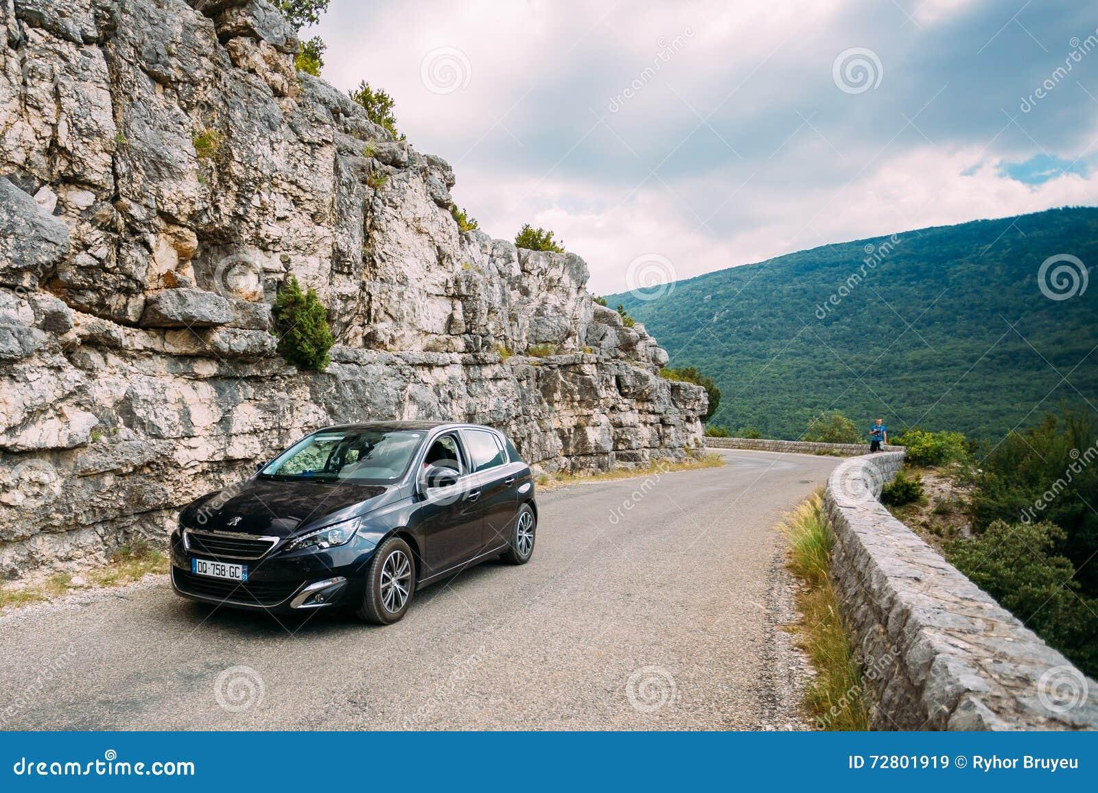 Czarny colour Peugeot 308 samochód na tle Francuski góry na