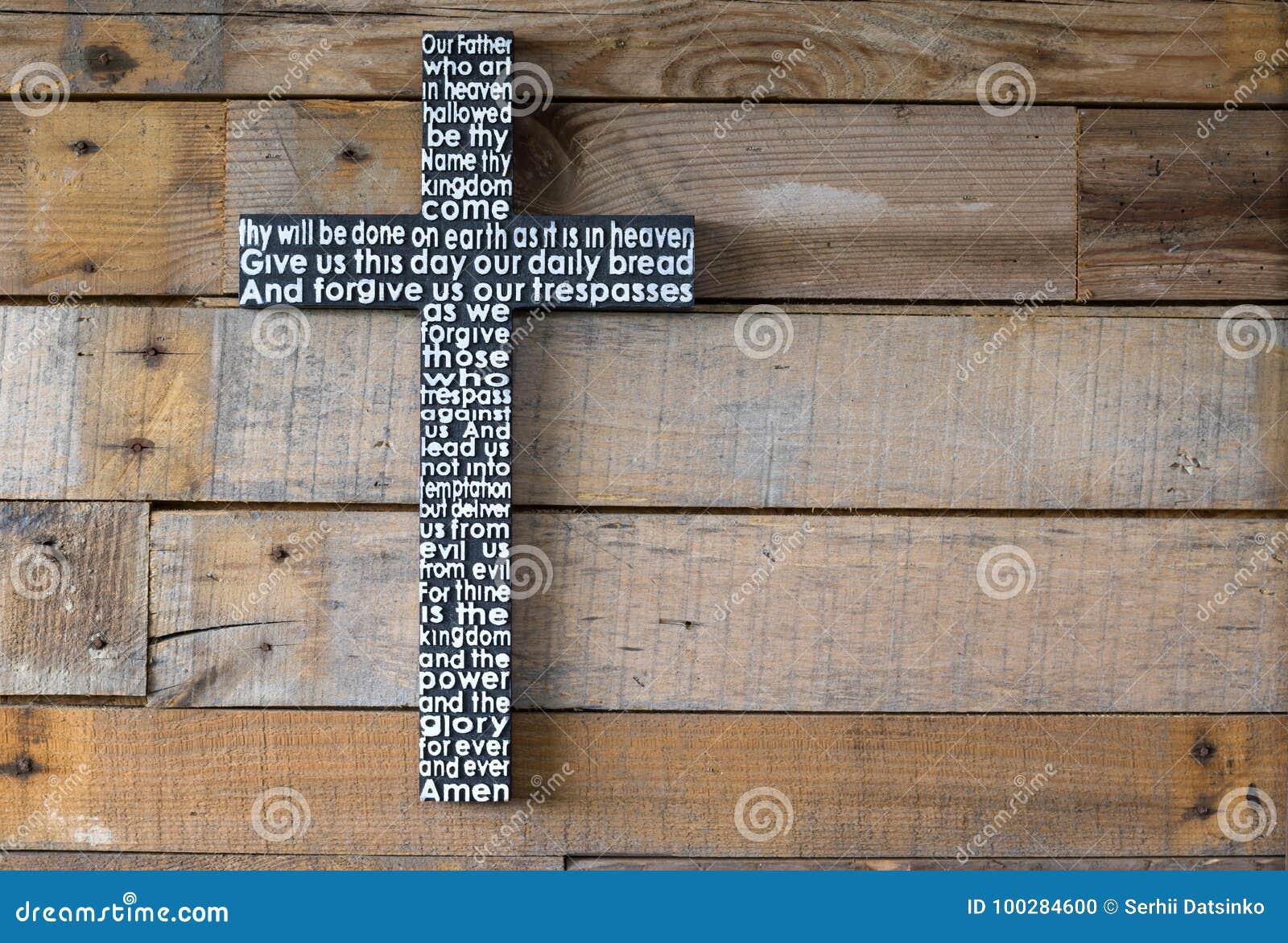 Czarny drewniany krzyż władyki ` s modlitwa na podławym naturalnym wo