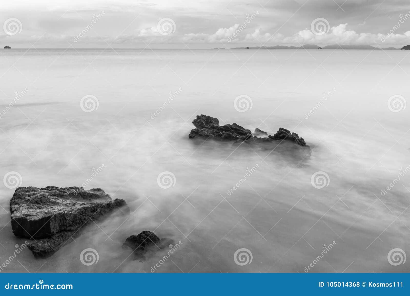 Czarny i biały fotografia kamienie na plaży myli se