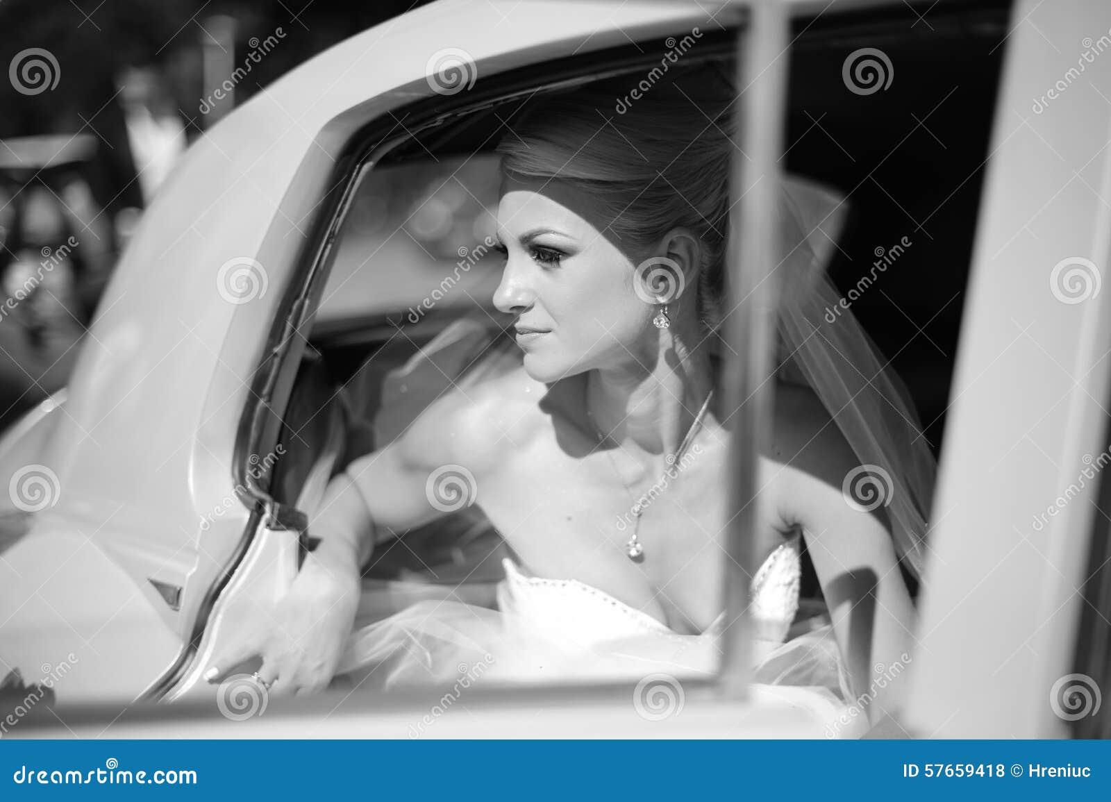 Czarny i biały fotografia panny młodej czekanie w samochodzie