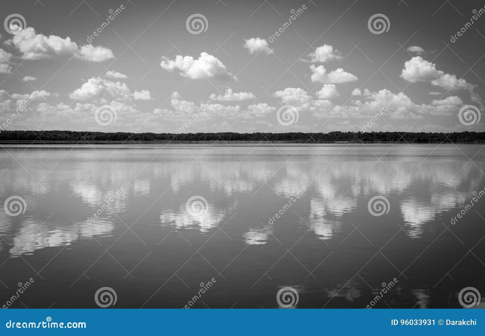 Czarny i biały jezioro krajobraz