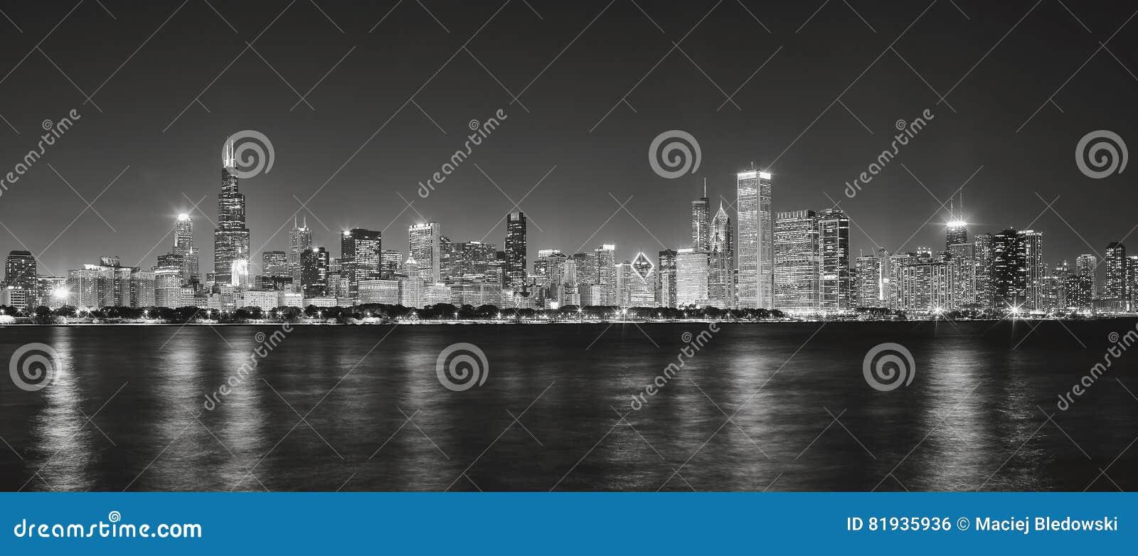 Czarny i biały panoramiczny obrazek Chicagowska miasto linia horyzontu przy nig