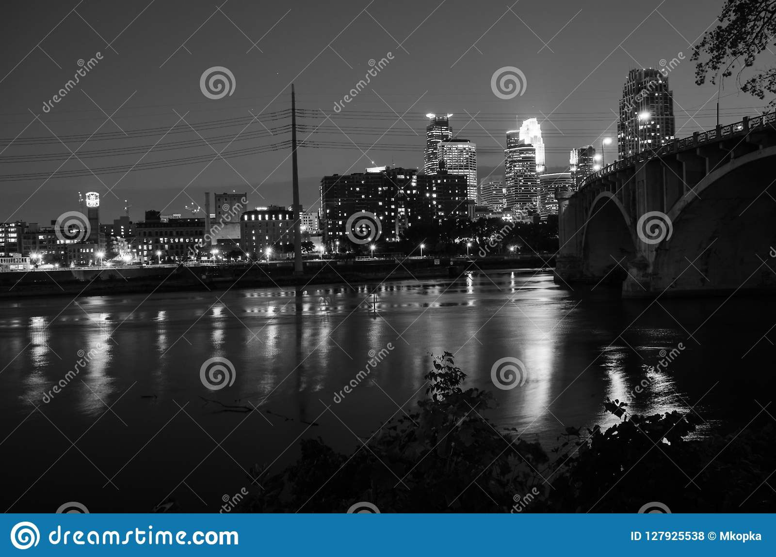 Czarny I Biały pejzaż miejski linia horyzontu W centrum Minneapolis Minnestoa w Bliźniaczych miast metra terenie