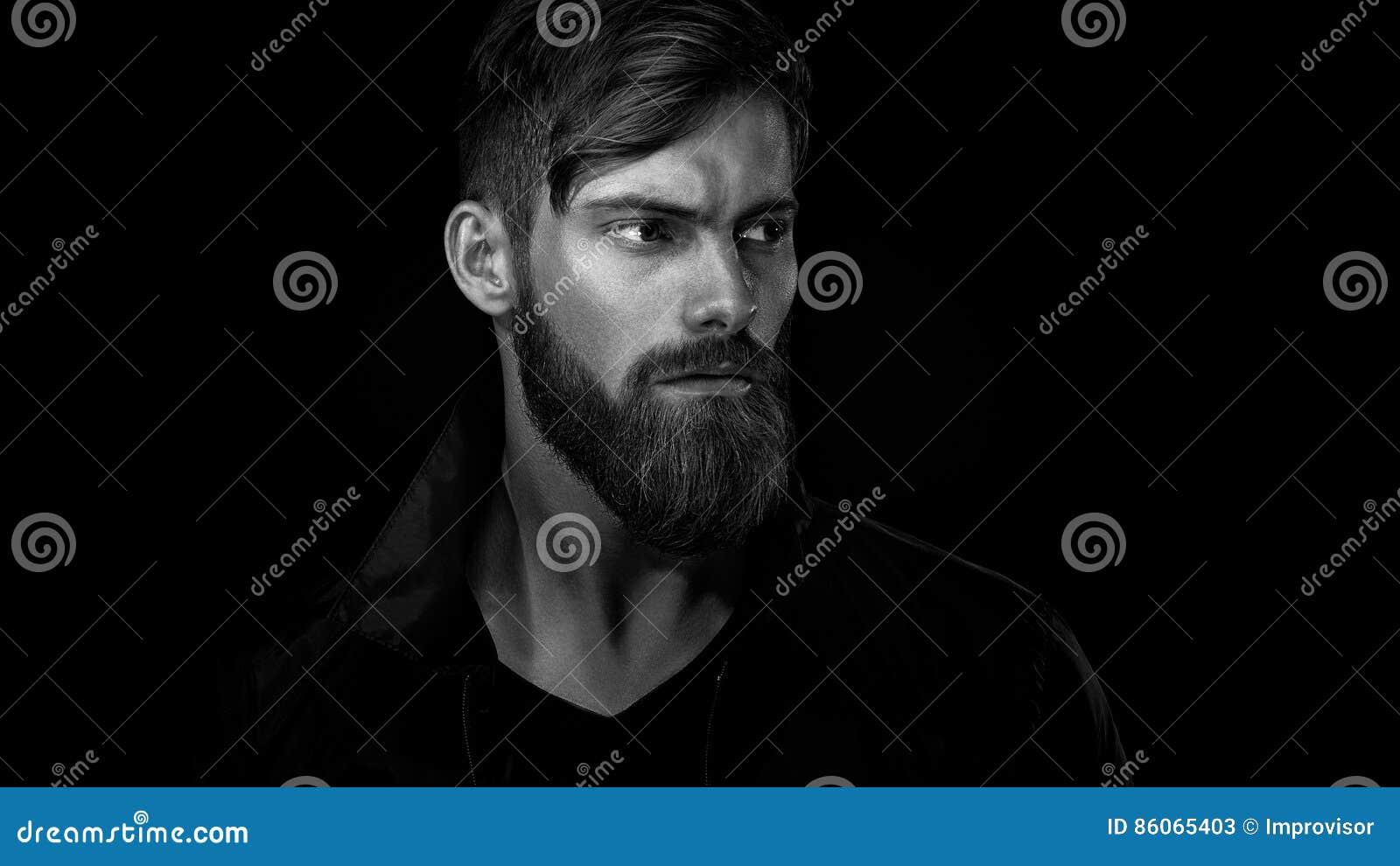 Czarny i biały portret brodaty przystojny mężczyzna w zadumanym mo