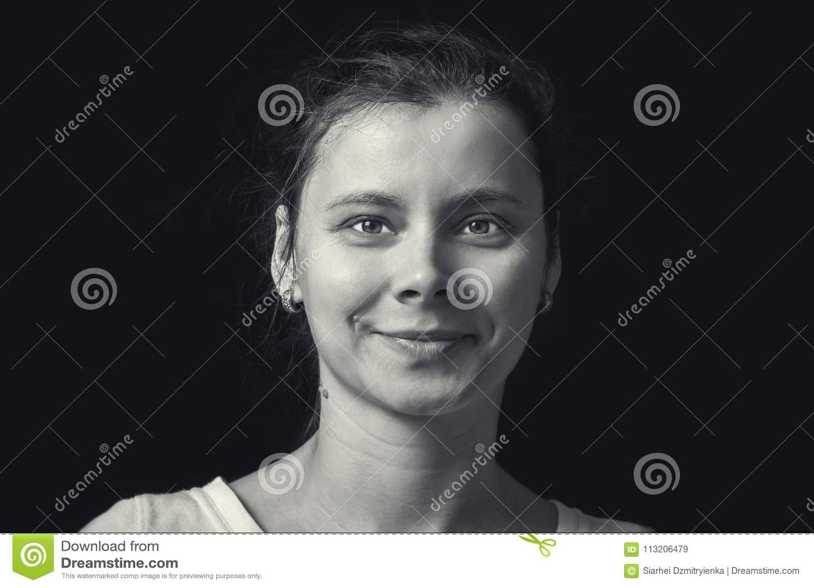Czarny i biały portret młoda kobieta na czarnym tle Naturalna twarz ludzka z realistyczną emocją retro dziewczyna portret