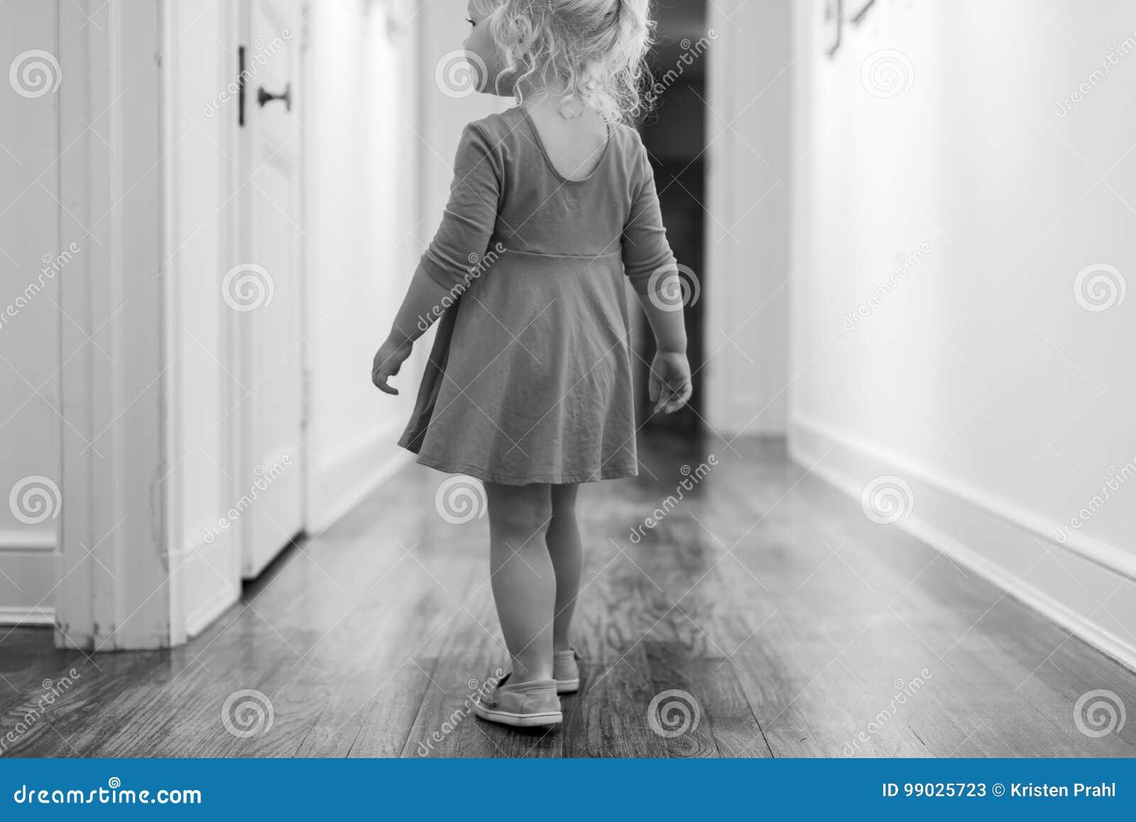 Czarny i biały portret młodej dziewczyny odprowadzenia puszek korytarz