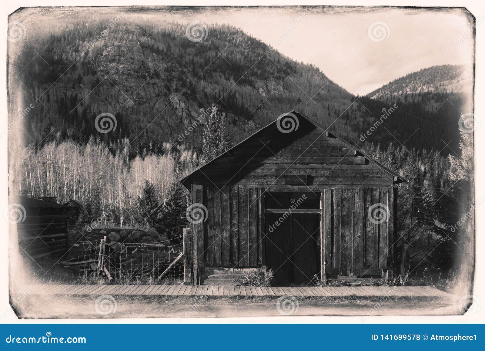 Czarny I Biały Sepiowa rocznik fotografia Stary Zachodni Drewniany garaż w St Elmo kopalni złotej miasto widmo w Kolorado