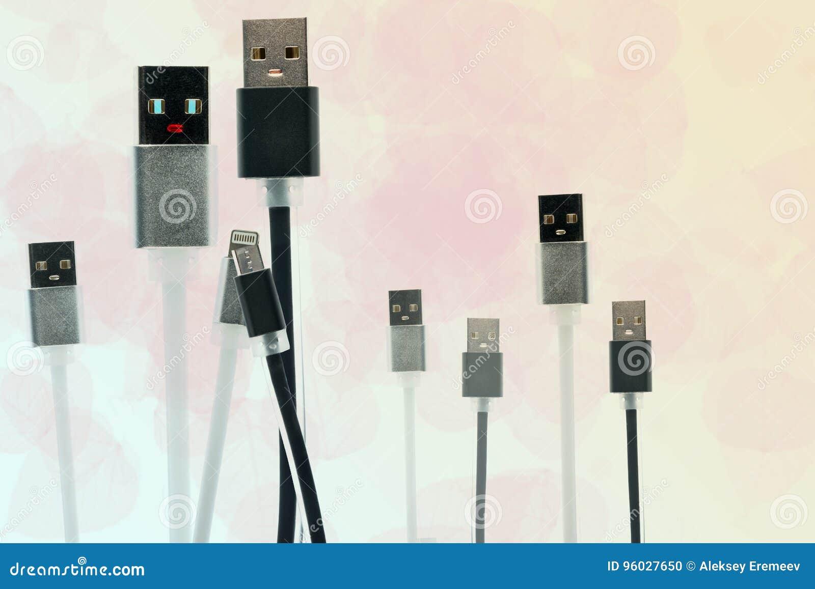 Czarny i biały USB kabel w postaci mężczyzna i kobiety mienia ręk Popiera USB dzieci few czarny i biały małych kable W