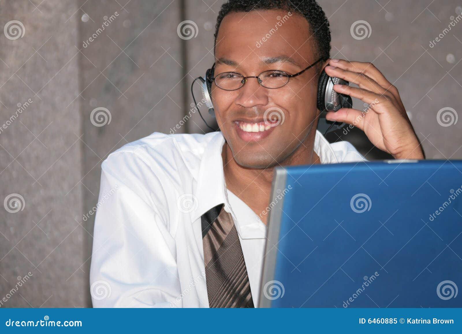 Czarny interes jego laptopa wyznaczamy ludzi muzyki