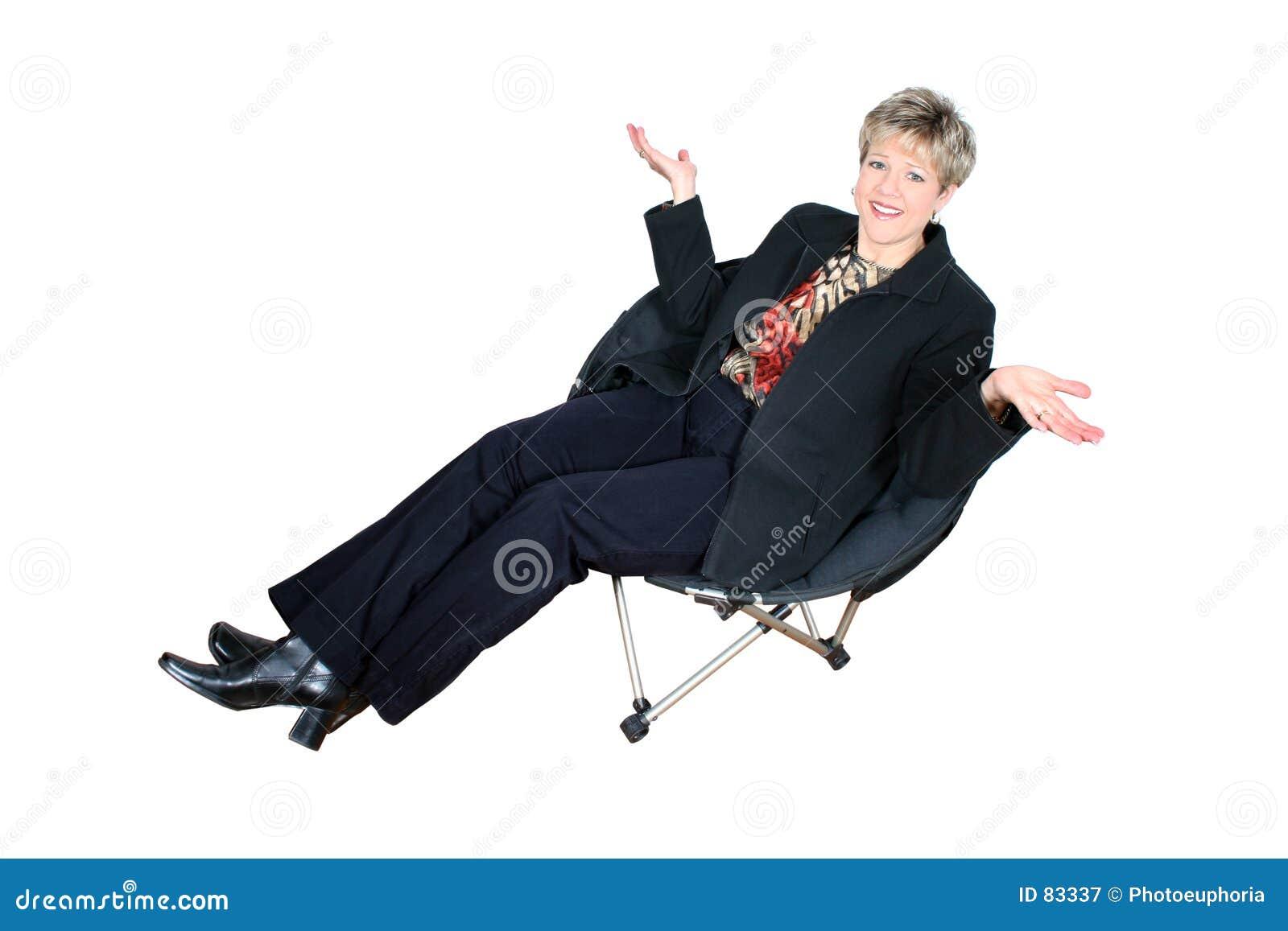 Czarny interes kobieta siedząca krzesła