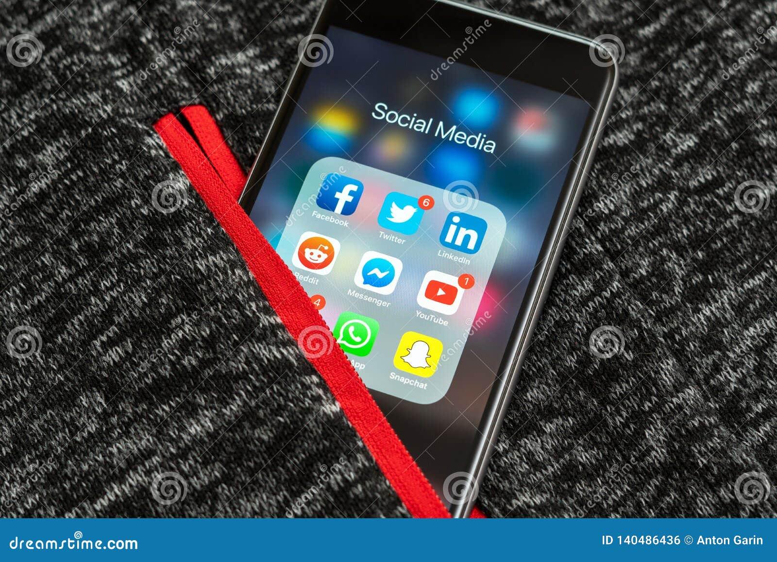 Czarny Jabłczany iPhone z ikonami ogólnospołeczni środki: instagram, Youtube, reddit, facebook, świergot, snapchat, whatsapp zast
