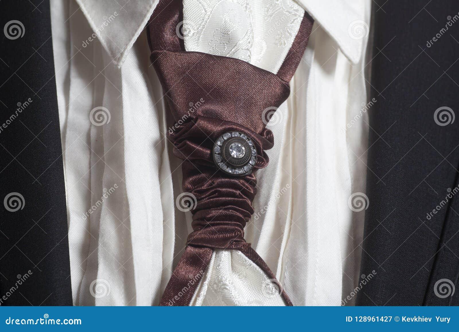 Czarny kostium i biała koszula z brown jedwabniczym krawatem