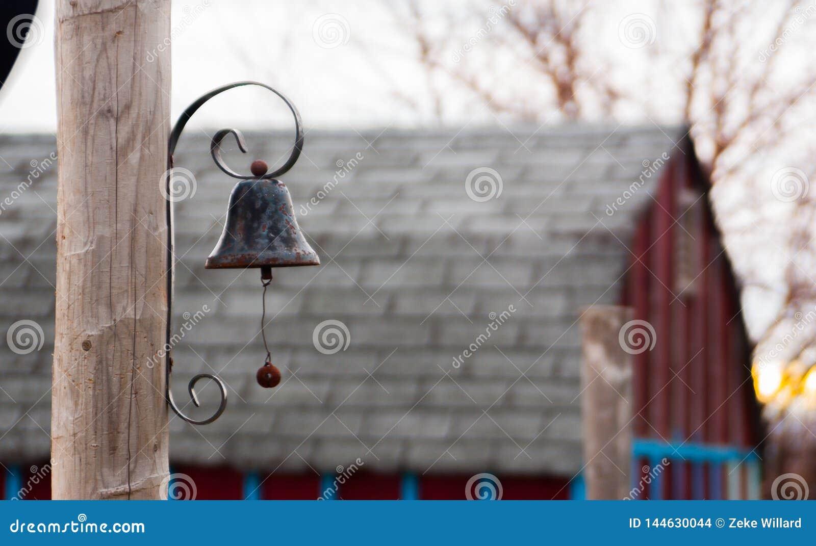 Czarny metalu dzwon na poczcie