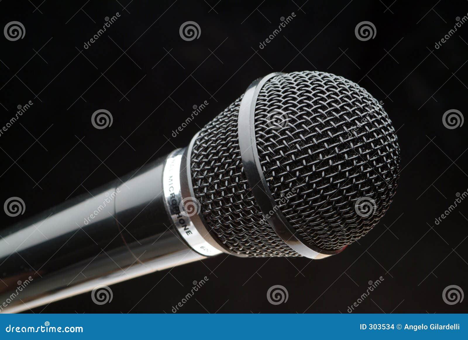 Czarny mikrofonu