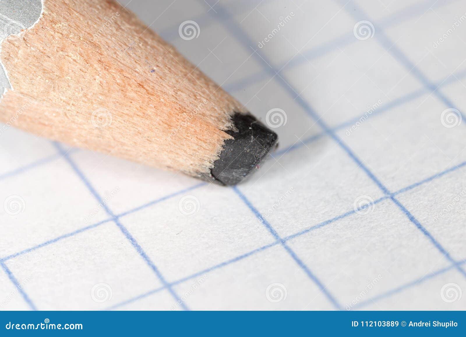 Czarny ołówek na papierze Makro-