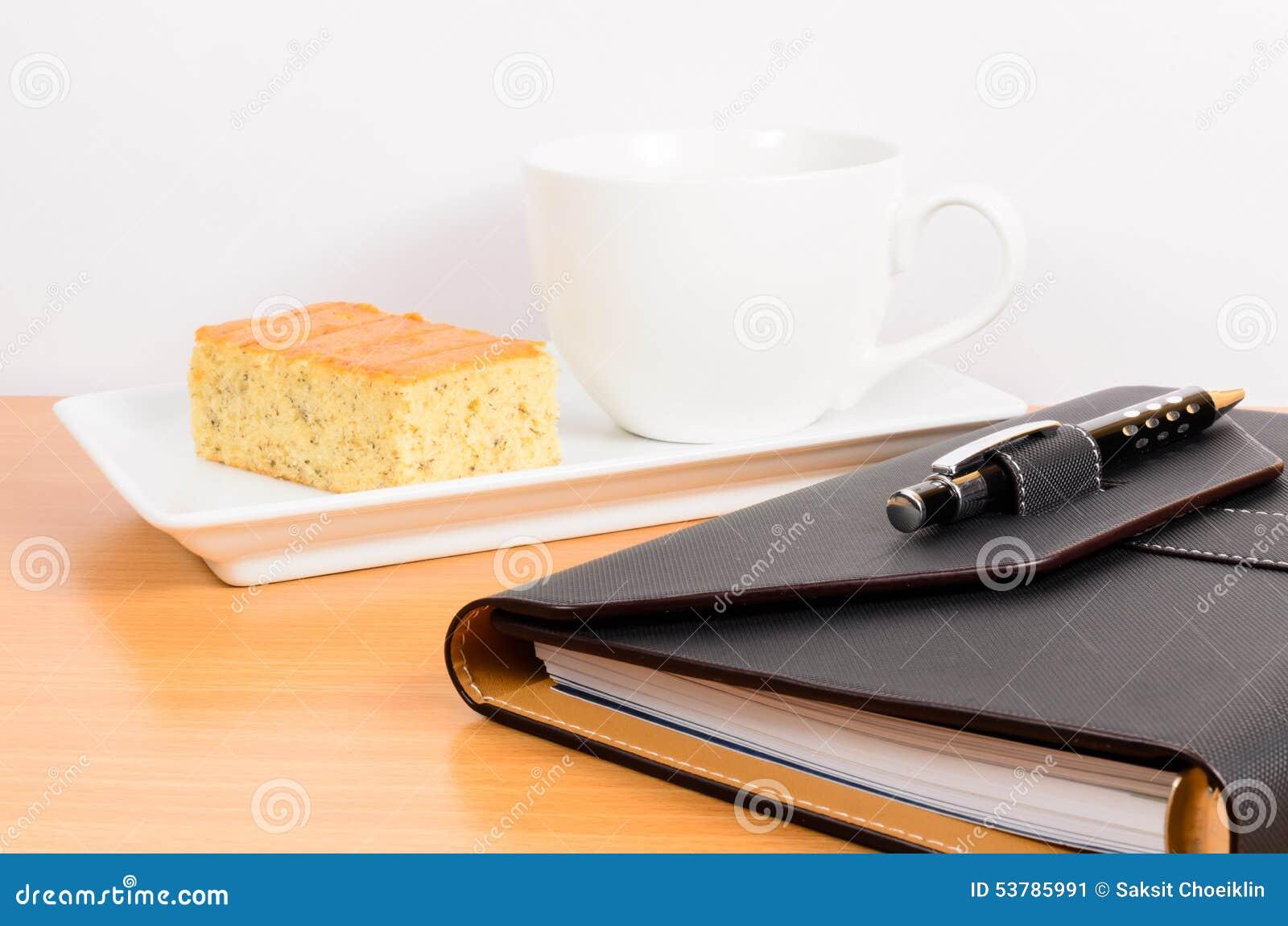 Czarny organizator z kawą i tortem, kawowa przerwa