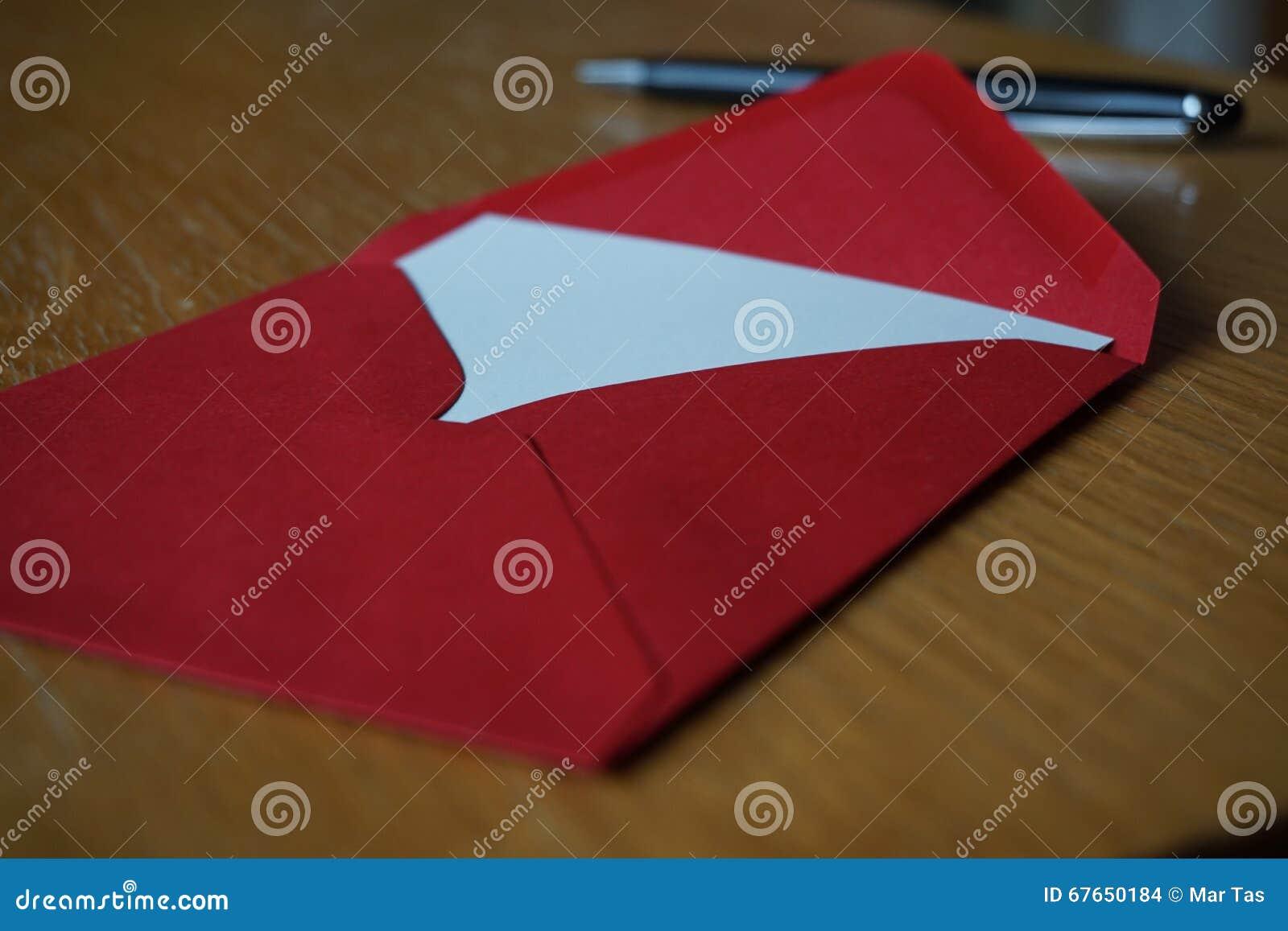 Czarny pióra writing zawiadomienia list z kopertą na drewnianym biurku