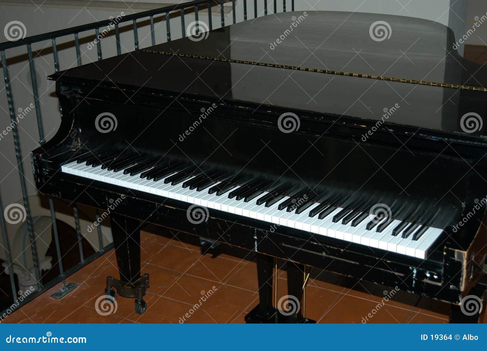 Czarny pianino