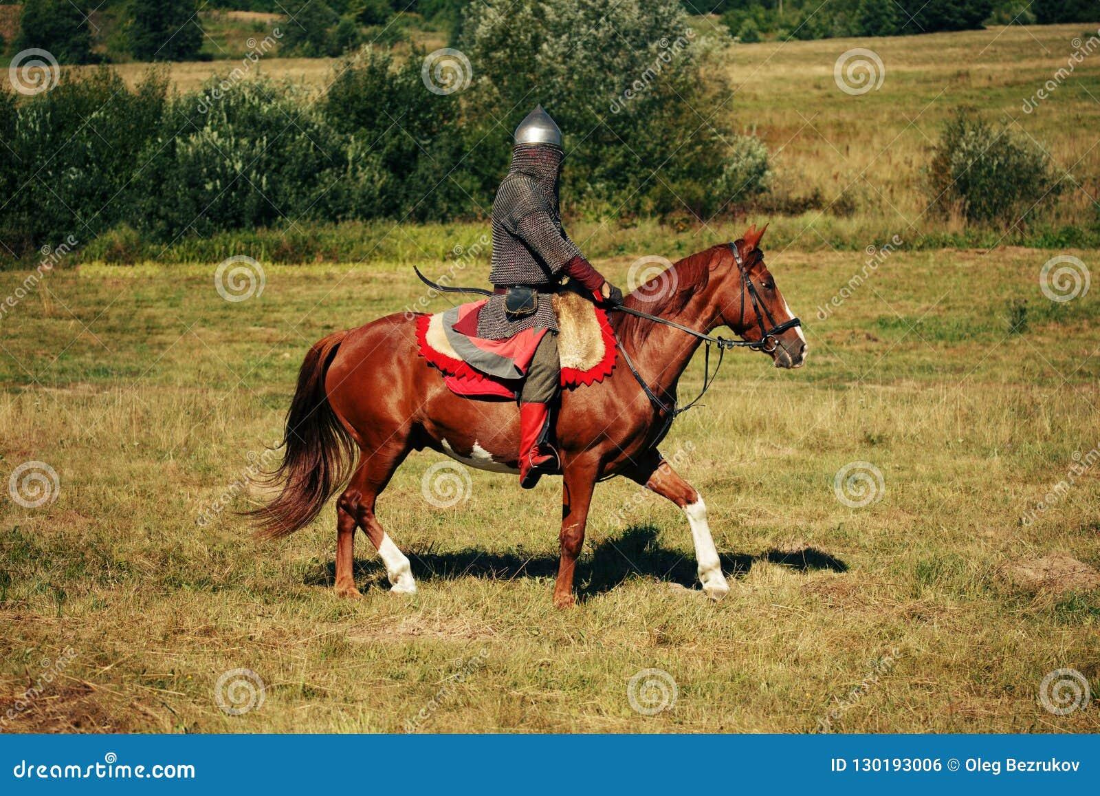 Czarny rycerz szachowy kawałek refleksje white Średniowieczny opancerzony equestrian żołnierz z lancą Jeździec na koniu jest w po