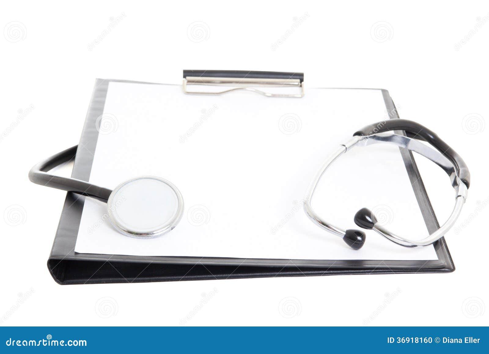 Czarny schowek z pustego papieru prześcieradłem i stetoskopem odizolowywającymi