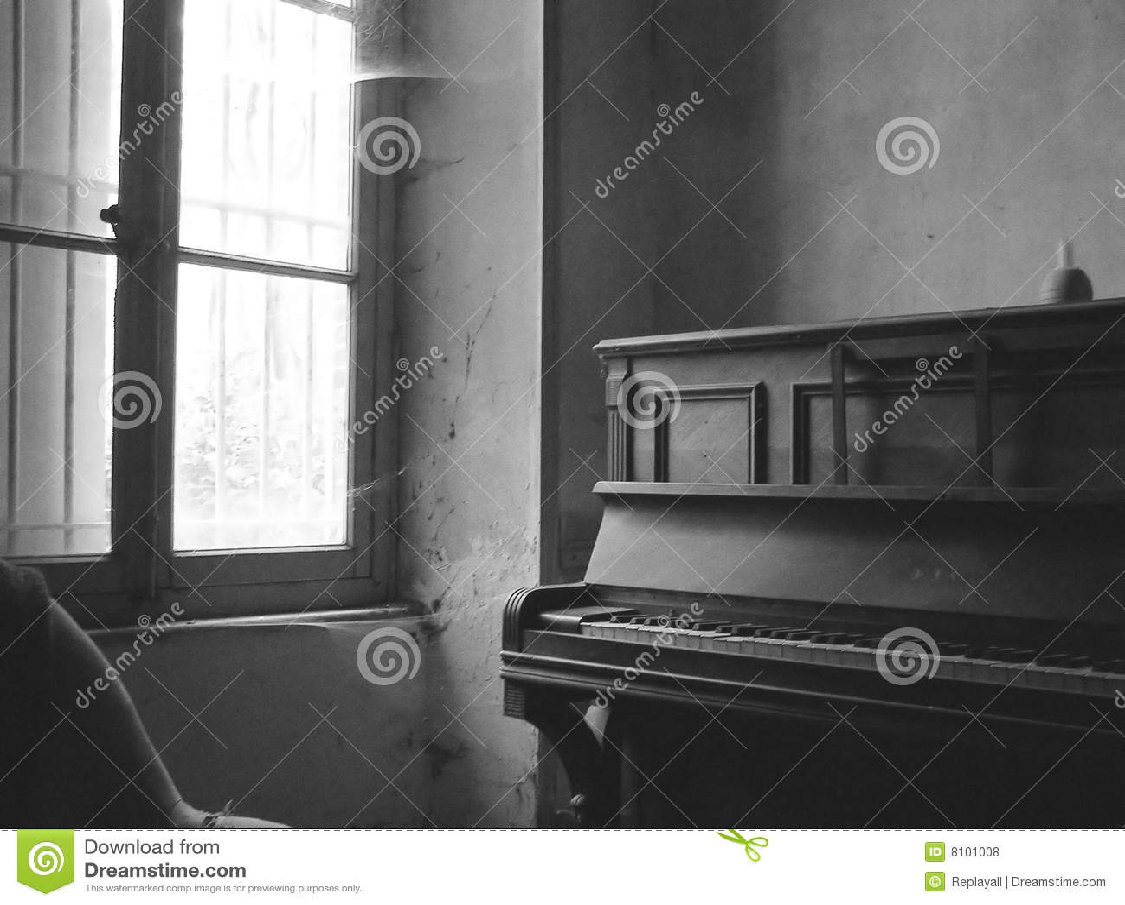 Czarny stary fortepianowy izbowy biel