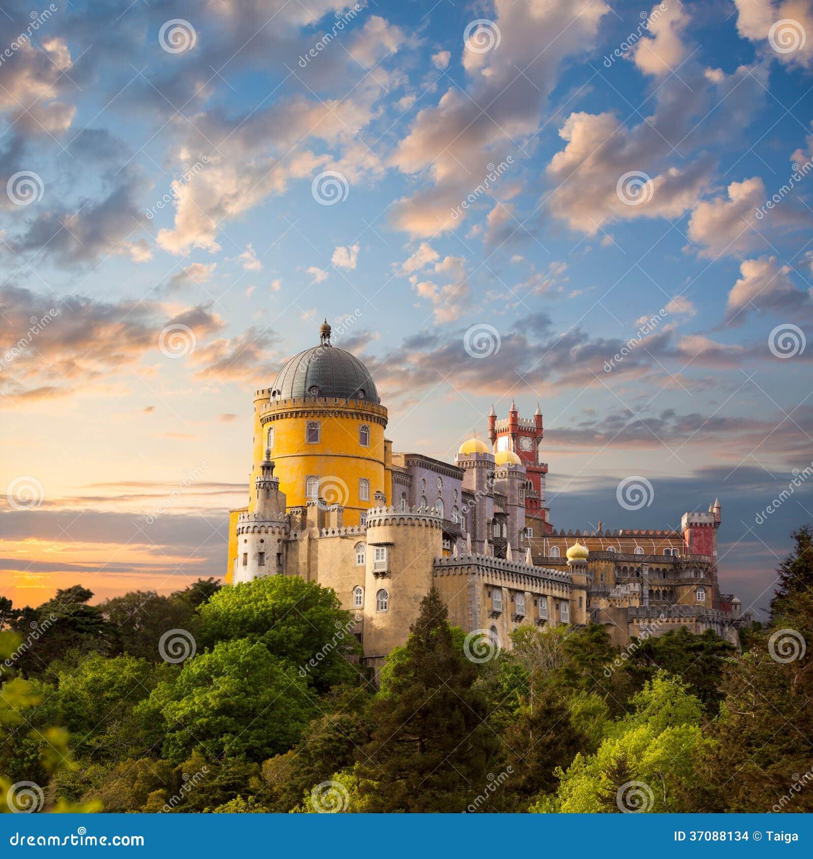 Download Czarodziejski Pałac Przeciw Pięknemu Niebu, Panoramie Obywatel Pala/ Zdjęcie Stock - Obraz złożonej z panorama, architektury: 37088134