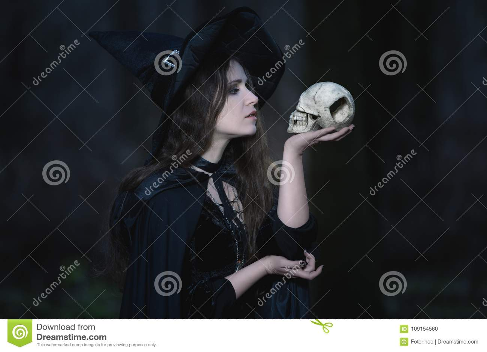 Czarownica z czaszką