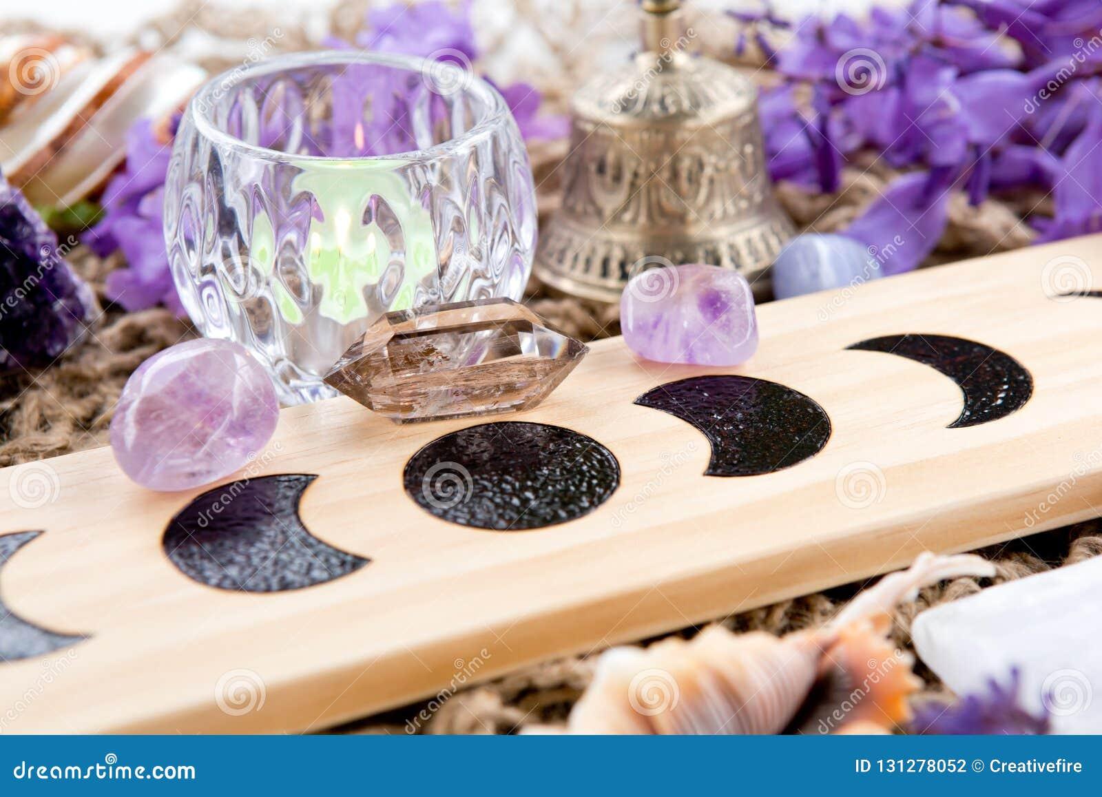 Czarownicy Pogańska księżyc Przeprowadza etapami ołtarz z kryształem i kwitnie