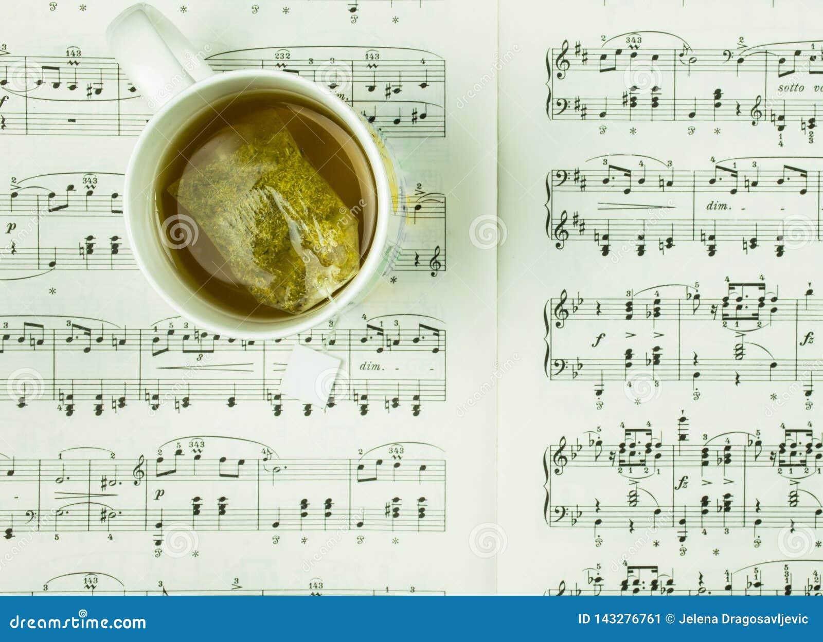 Czas dla fermaty i odpoczynku z filiżanką herbata i muzyka zauważa pojęcie