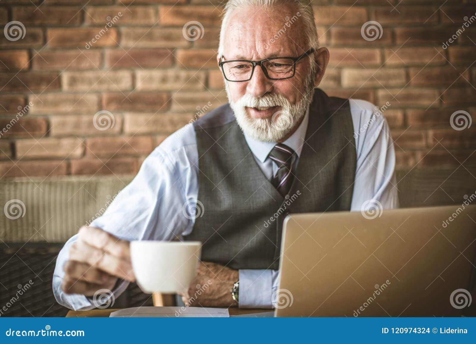 Czas kawowa przerwa Starszy biznesmen