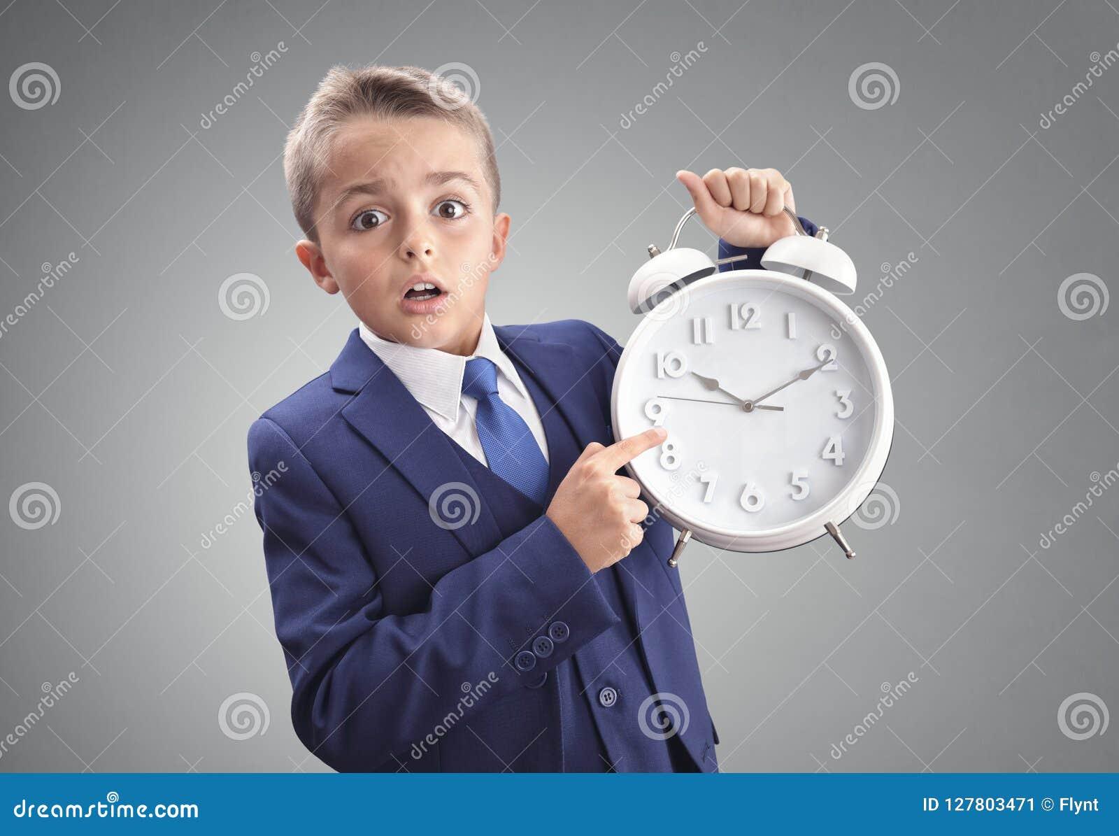 Czas na zegaru szokującym i zaskakującym opóźnionym młodym wykonawczym biznesie