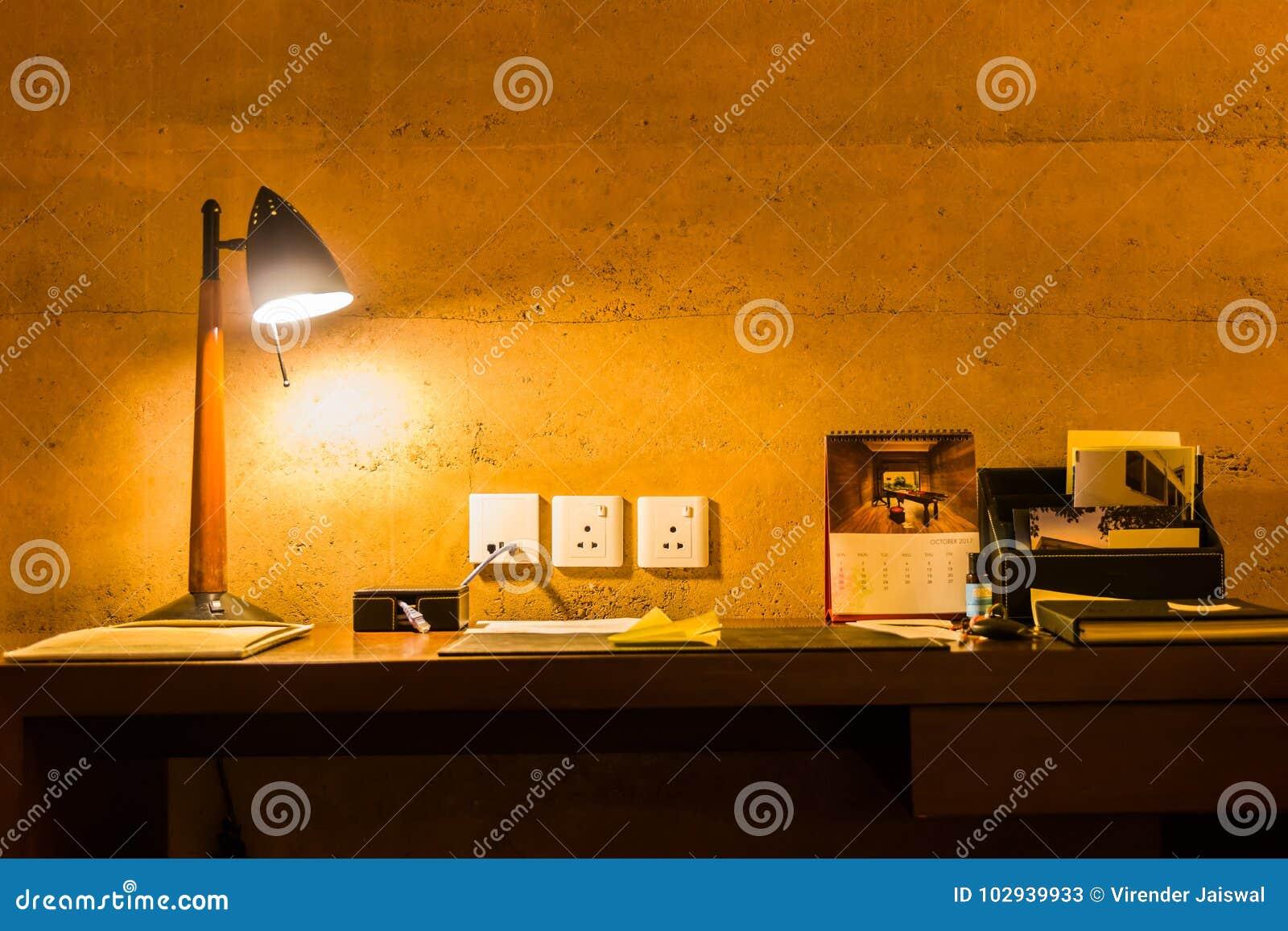 Czasu wolnego pracujący biurko pod rozjarzoną lampą