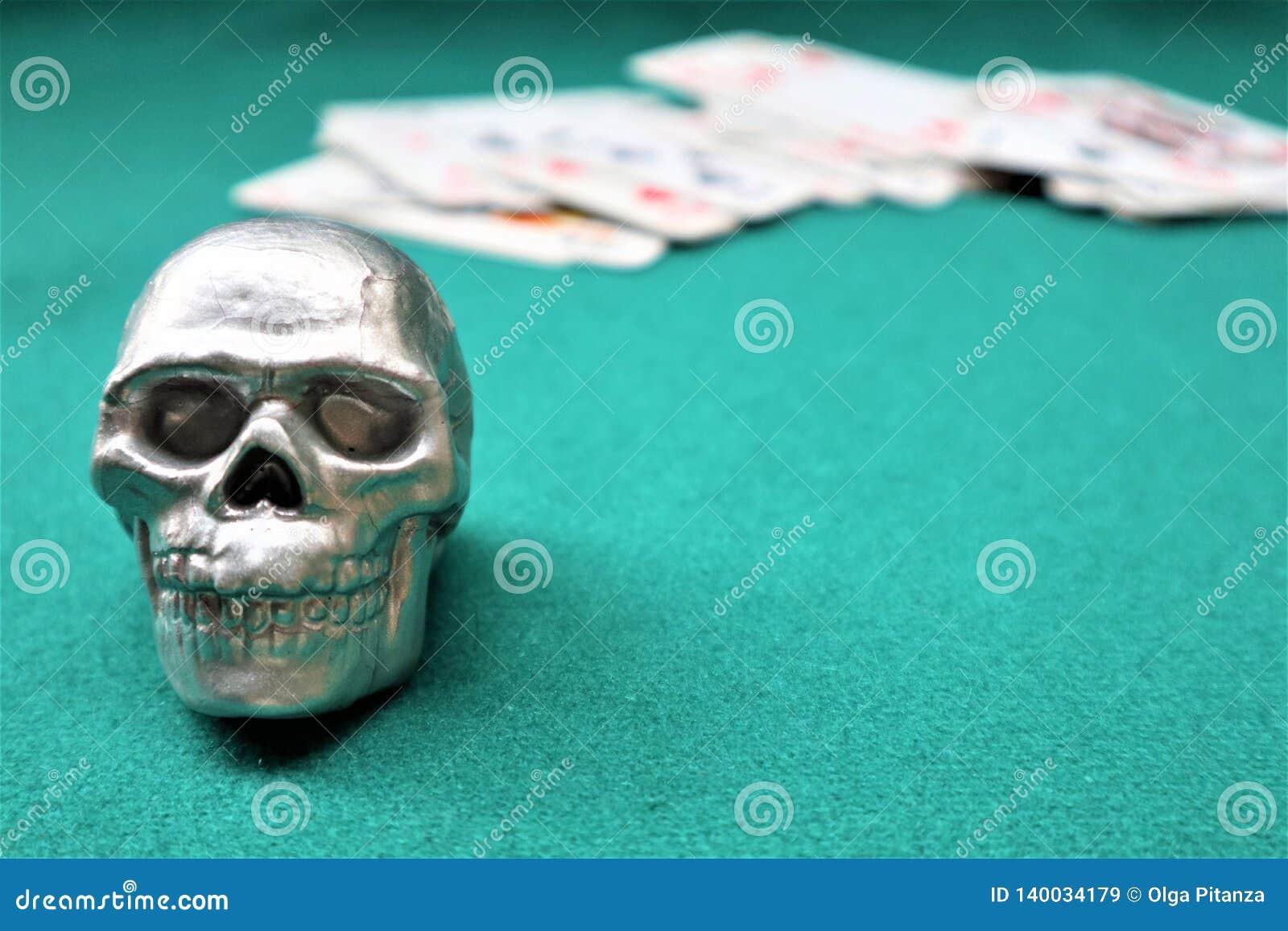 Czaszka, pokład karty na zielonym stole Kasyno stół